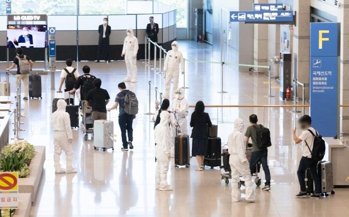 9일 오전 인천국제공항을 통해 인도 주재 한국 기업 관계자들이 귀국해 임시격리시설로 향하고 있다. /사진=뉴스1