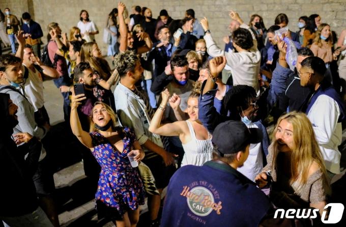 9일 스페인 바르셀로나에서 야간 통행금지 해제를 기뻐하는 사람들이 거리에 모여있다. © 로이터=뉴스1