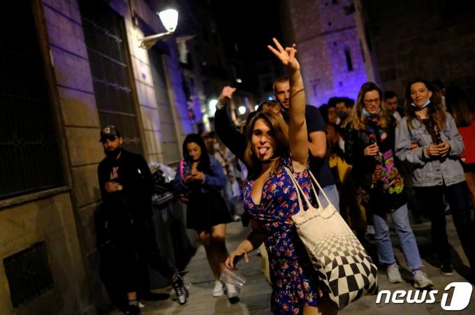 9일 스페인 바르셀로나에서 한 여성이 V자를 그리며 포즈를 취하고 있다. © 로이터=뉴스1