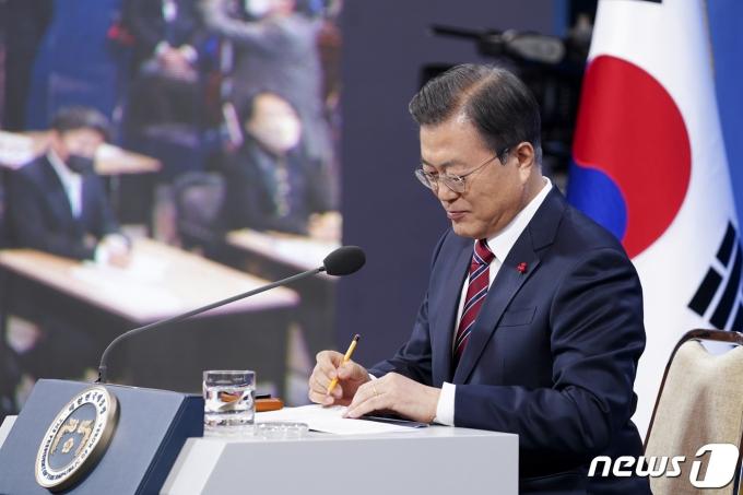 문재인 대통령이 지난 1월 18일 오전 청와대 춘추관에서 신년 기자회견을 하고 있다. 2021.1.18/뉴스1 © News1 이광호 기자