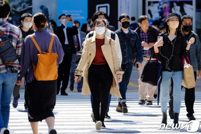 일본 도쿄에서 시민들이 마스크를 착용한 채 거리를 지나고 있다. © AFP=뉴스1