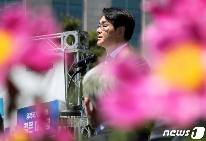 박용진 더불어민주당 의원이 9일 오전 서울 여의도 국회 잔디밭에서 제20대 대통령 선거 출마 공식 선언 기자회견을 하고 있다. 2021.5.9/뉴스1 © News1 이동해 기자
