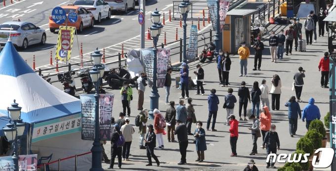 9일 서울 중구 서울역 광장에 마련된 코로나19 임시선별검사소에서 시민들이 검체 검사를 받기 위해 줄을 서고 있다./뉴스1 © News1 송원영 기자