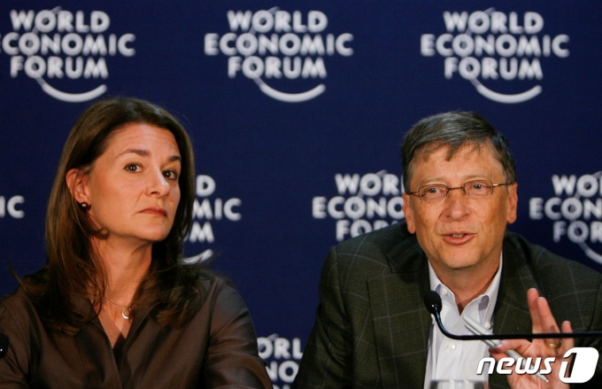 마이크로소프트(MS) 창업주 빌 게이츠(오른쪽)와 부인 멜린다 게이츠가 2009년 1월 다보스 세계경제포럼(WEF)에 참석한 모습. © 로이터=뉴스1 © News1 최서윤 기자