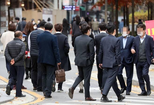 코로나19로 인한 고용 불안감을 해소하기 위해 자기계발을 하는 직장인들이 늘었다. / 사진=뉴시스