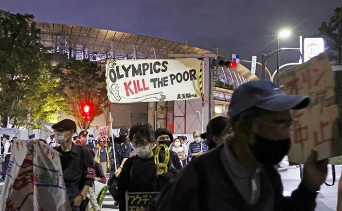 일본 내 코로나19 확산세가 꺾이지 않으면서 도쿄올림픽 중단을 촉구하는 목소리가 일본 내에서 거세지고 있다. 사진은 지난 9일 도쿄 올림픽을 반대하는 일본 국민들의 시위 모습. /사진=로이터