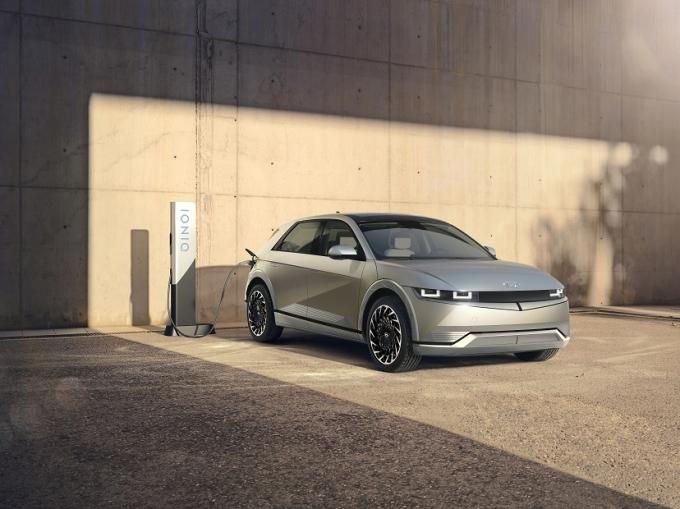 현대자동차가 전기차 고객의 충전 라이프를 책임질 '픽업앤충전 서비스'를 런칭한다. 사진은 아이오닉5 모습./사진=현대자동차