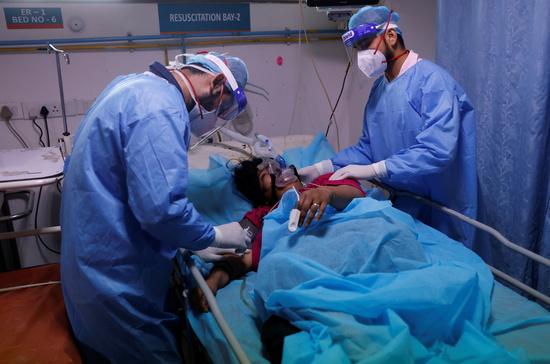 인도에서 코로나19 확진자가 나흘째 40만명을 넘어섰고 설상가상 털곰팡이증 감염도 확산되고 있다. 사진은 인도 의료진이 환자를 치료하는 모습. /사진=로이터