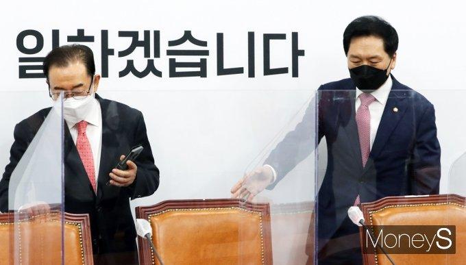[머니S포토] 국민의힘 비대위 입장하는 김기현-이종배