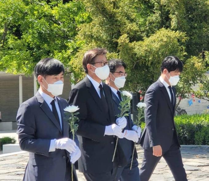 하태경 의원과 박형준 부산시장이 노무현 전 대통령 묘소를 찾았다. /사진=하태경 의원 페이스북