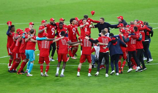 바이에른 뮌헨 선수들이 지난 9일(한국시각)에 열린 묀헨글라드바흐와의 경기가 끝난 후 올시즌 리그 우승을 자축하고 있다. /사진=로이터