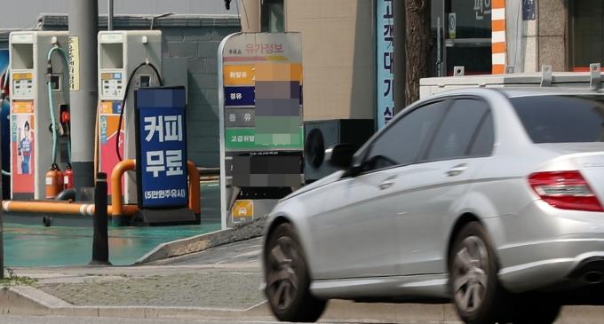서울시내 한 주유소에서 직원인 40대 여성 A씨가 차에 넘어진 뒤 차량 앞바퀴와 뒷바퀴 사이에 끼여 5m 가량 끌려가는 사고가 일어났다. 사진은 서울시내 한 주유소. 사진 속 주유소는 기사 내용과 관련 없음. /사진=뉴시스 DB