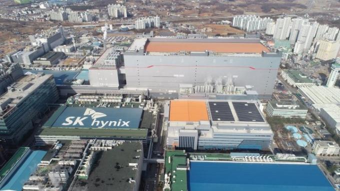 "SK하이닉스 ""지난해 사회적 가치 4.9조 창출""… ESG 경영 가속"