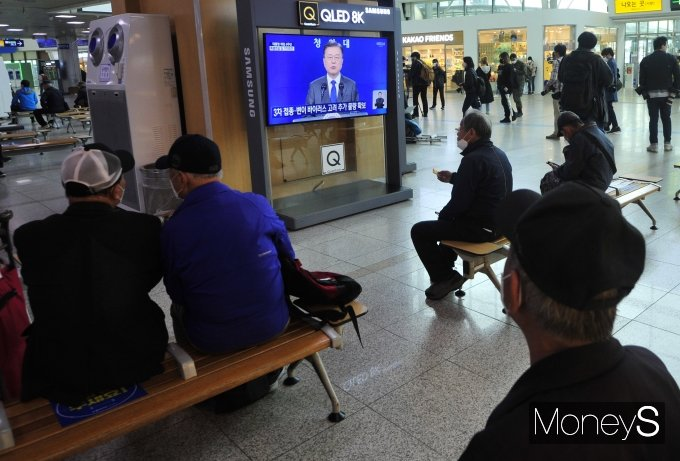 [머니S포토] 문 대통령 취임 4주년 특별연설 시청하는 시민들