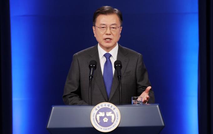 """문 대통령 일자리 창출 다짐… 코로나 버틴 국민께 감사"""""""