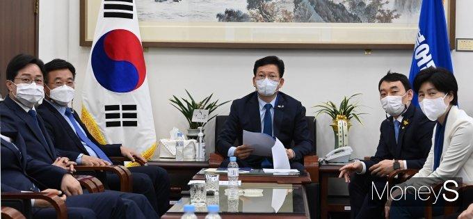 [머니S포토] 송영길·윤호중 '문재인 대통령 4주년 특별연설 시청'