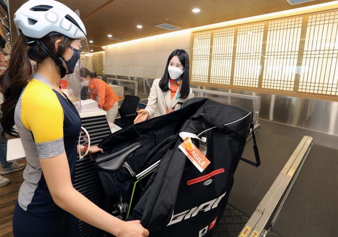제주항공이 자전거 여행자를 위한 '자전거 캐링백 서비스'를 오는 20일부터 운영한다./사진=제주항공