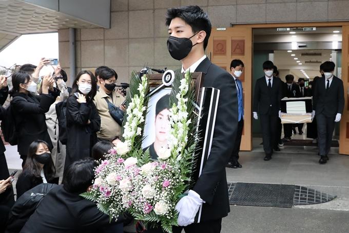 서울 반포한강공원에서 실종됐다가 숨진 채 발견된 대학생 A씨가 언급한 '골든'은 가수인 것으로 드러났다. 사진은 A씨 발인식 모습. /사진=뉴스1