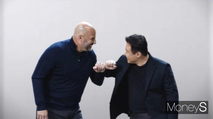 '삼성 갤럭시 언팩 2021'에서 노태문 삼성전자 사장이 그레고리 브라이언트 인텔 수석부사장을 맞이하는 모습. /사진=온라인 캡처
