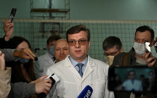 지난해 8월 러시아 야권 지도자 나발니가 독극물을 마시고 쓰러졌을 당시 그를 치료한 의사 알렉산더 무라코프스키(가운데)가 지난주 실종됐다. /사진=로이터
