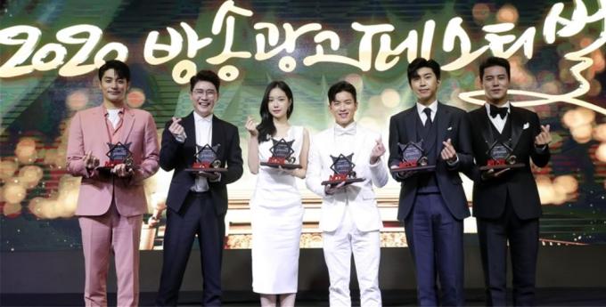 '2020 MTN 방송광고 페스티벌' 수상자인 배우 성훈, 가수 영탁·손나은·나태주·임영웅·장민호가 기념 촬영을 하고 있다. (왼쪽부터). /사진=MTN 제공