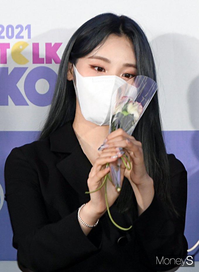 [머니S포토] 이달의 소녀 진솔 '꽃이 예쁘네~'
