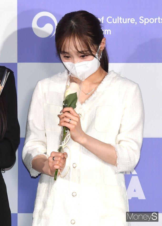 [머니S포토] 이달의 소녀 츄 '꽃향기에 취해~'