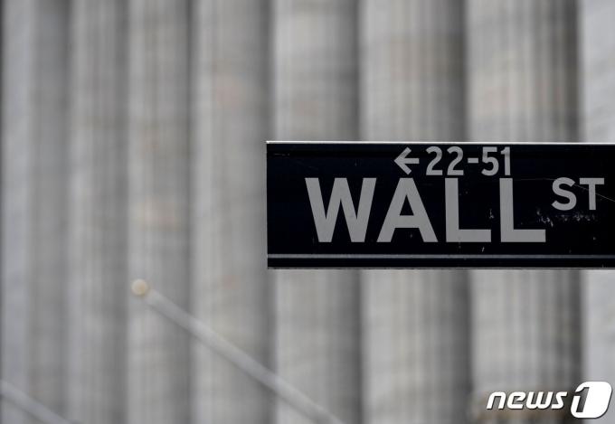 뉴욕증권거래소(NYSE) 앞 도로 표지판/AFP=뉴스1