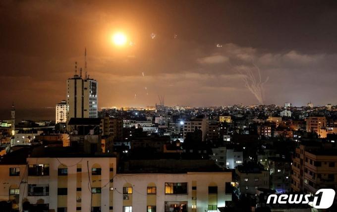 하마스가 발사한 로켓포를 이스라엘의 미사일 방어체제인 '아이언 돔'이 요격하고 있다. © AFP=뉴스1