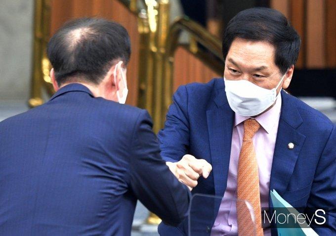 [머니S포토] 국힘 원내대책회의, 인사 나누는 '김기현'