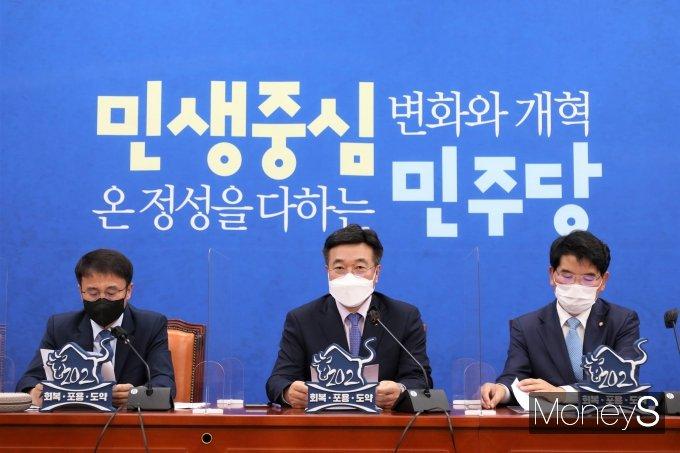 [머니S포토] 민주당 원내대책회의 주재하는 윤호중