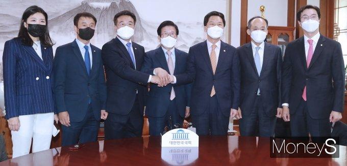 [머니S포토] 한자리에 모인 박병석 의장과 여야 원내대표단