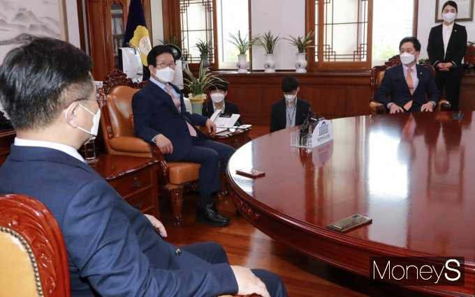 [머니S포토] 국회의장·여야 원내대표 회동, 인사말 전하는 '박병석'