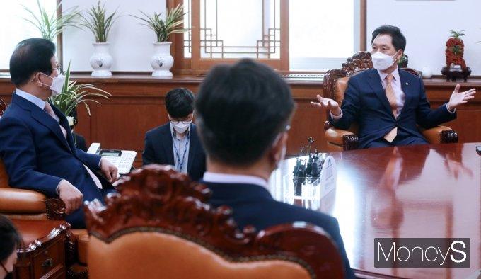 [머니S포토] 국회의장·여야 원내대표 회동, 인사말 전하는 '김기현'