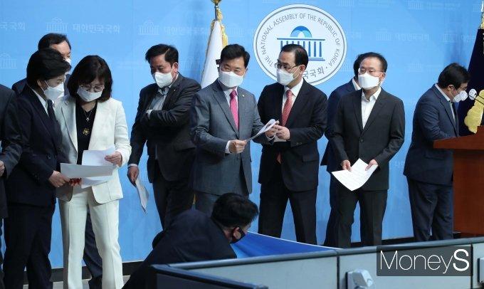 [머니S포토] 기자회견 마친 대구·광주 국회의원들