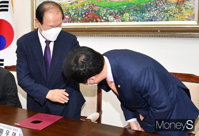 [머니S포토] 국민의힘 중앙당 선관위1차회의 참석한 '황우여'