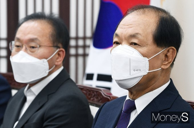 [머니S포토] 국민의힘 중앙당 선관위, 경청하는 '황우여'