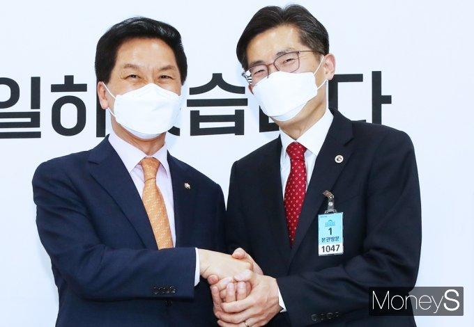 [머니S포토] 이필수 의협회장, 김기현 국힘 대표 대행 예방