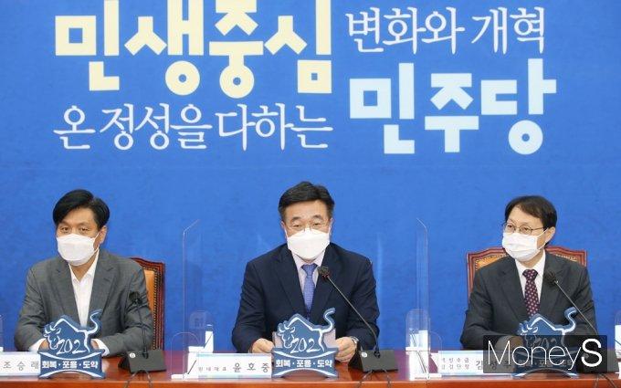 [머니S포토] 민주당 백신점검단 회의, 인사말 전하는 '윤호중'