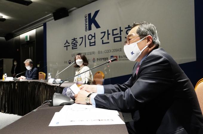 한국무역협회가 11일 개최한 '수출기업 간담회'에서 구자열 무역협회 회장(오른쪽)이 발언하고 있다. /사진=한국무역협회