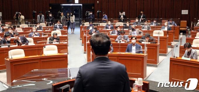 더불어민주당 의원들이 11일 오전 간담회가 열린 서울 여의도 국회 예결위회의장에서 송영길 대표의 인사말을 듣고 있다. 2021.5.11/뉴스1 © News1 이동해 기자