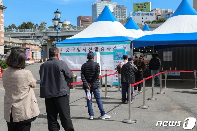 서울 중구 서울역광장에 마련된 임시 선별진료소를 찾은 시민들이 검체검사를 받기 위해 줄을 서있다. 2021.5.11/뉴스1 © News1 성동훈 기자