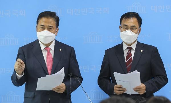 박진(왼쪽) 국민의힘 의원과 같은당 최형두 의원이 백신사절단을 자처하며 미국 방문길에 오른다. /사진=뉴스1