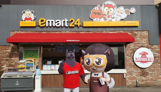 SSG랜더스필드에 있는 이마트24 매장 앞에서 '커피니'(우측)와 '랜디'가 포즈를 취하고 있다. /사진=이마트24