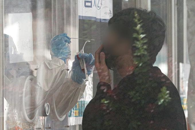 코로나19 일일 확진자 수가 12일 0시 기준 635명을 기록했다. 사진은 전날 서울 중구 서울역광장에서 검체검사를 받는 한 시민의 모습. /사진=뉴스1