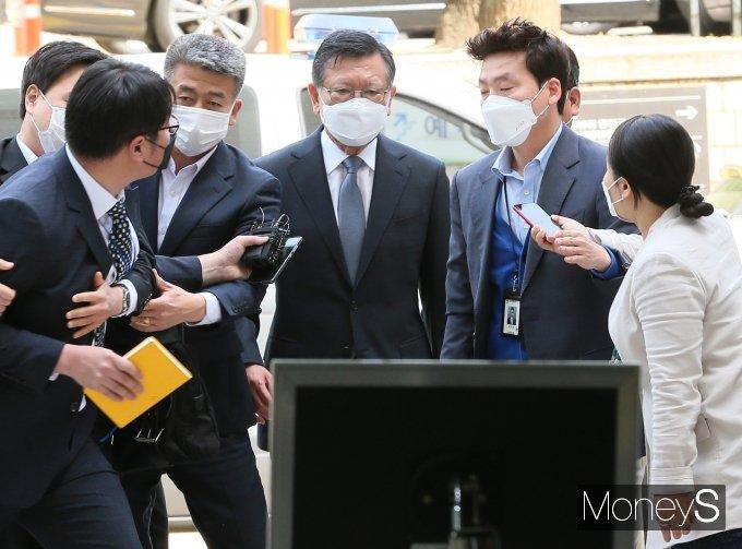 [머니S포토] 영장실질심사 출석한 박삼구 전 회장