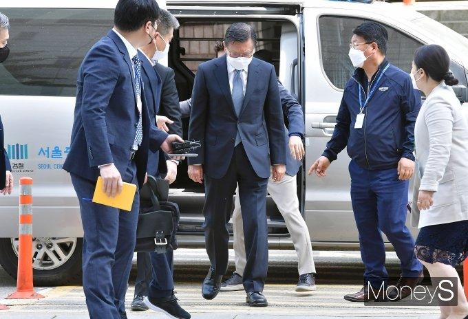 [머니S포토] '계열사 부당지원 의혹' 박삼구, 법원 출석
