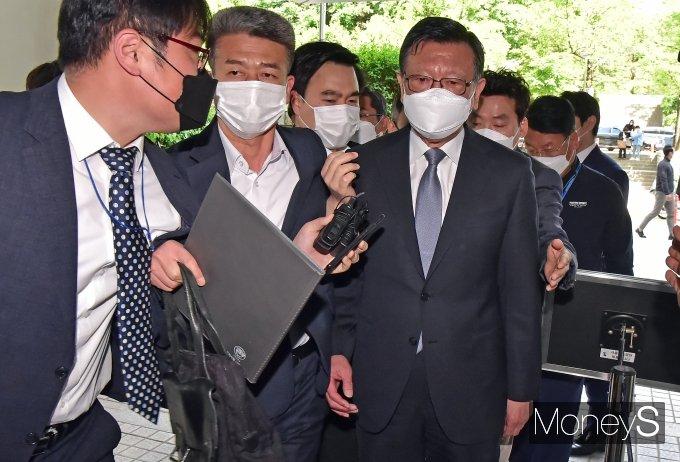 [머니S포토] 구속영장실질심사 출석하는 박삼구 전 회장