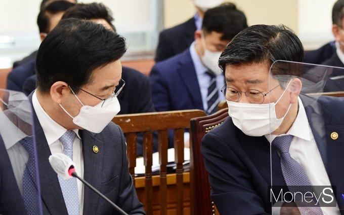 [머니S포토] 국회 행안위, 의견 나누는 전해철 장관-김창룡 청장