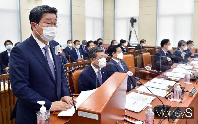 [머니S포토] 국회 행안위, 법률안 제안설명하는 전해철 장관